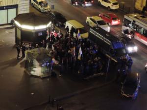 2 jours après, les contre-manifestants à Rome à proximité du Sénat où doit être débattu le projet de loi Cirina sur l'union civile entre personnes de même sexe. Image qui donne une idée de la faible mobilisation de soutien à la loi.